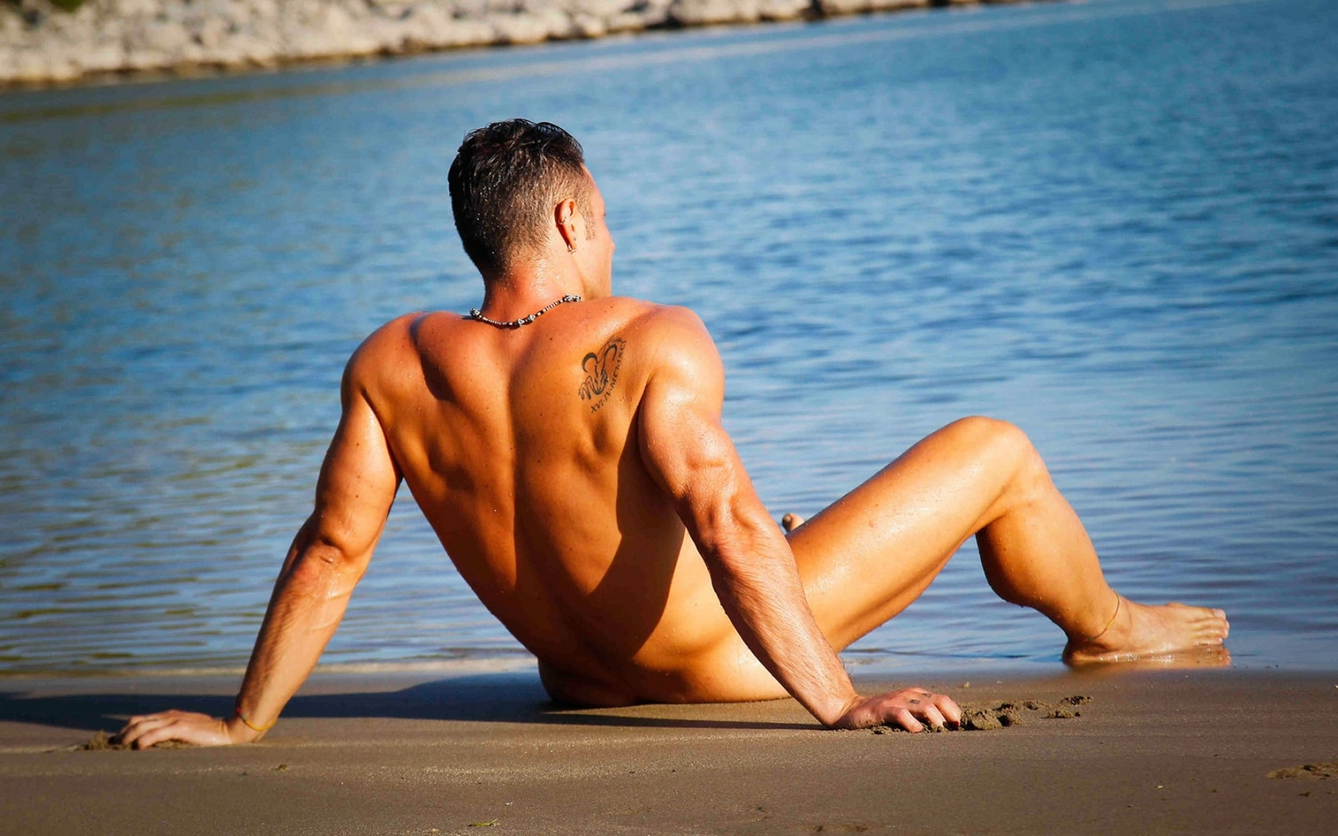 naked-athletic-guy-on-the-beach